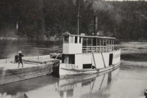 Agnès avec barge